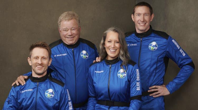 Die Besatzung der NS18, die am Mittwochnachmittag für zehn Minuten bis an die Grenze des Weltalls geflogen war. Der Zweite von links ist der mittlerweile 90 Jahre alte William Shatner. (AP)