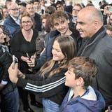 Viel Volk beim Apéro in der Halle Luftfahrt. ((Bild: Patrick Hürlimann, Luzern, 13. Oktober 2021))