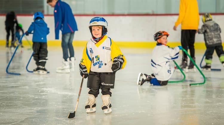 Während der Eissportwoche können Kinder das Eislaufen und Eishockeyspielen entdecken. (Bild: Reto Martin (30.01.2016))