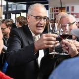 Bundespräsident Guy Parmelin prostet einem Apéro-Teilnehmer zu. (Bild: Peter Schneider (Luzern, 13. Oktober 2021))