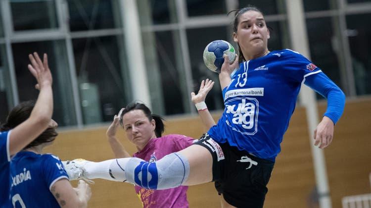 Die Zugerin Celia Heinzer (rechts) erzielt zehn Tore. (Bild: Pius Amrein  (Nottwil, 28. April 2021))