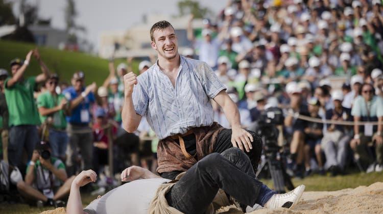 Damian Ott jubelt über den Kilchberg-Sieg. (Bild: Michael Buholzer / KEYSTONE)