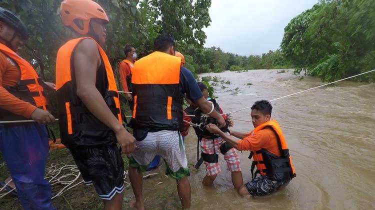 Eine Rettungsaktion für ein geflutetes Dorf in der Provinz Cagayan in den Philippinen. (Bild: Gmdrrmo Handout / EPA)