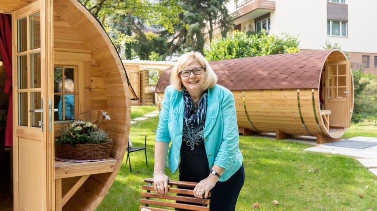 Seit dem August bietet Birgit Rogg, Leiterin des Hotels Zurzacherhof, die Übernachtung in Fässern an. (Bild: Valentin Hehli)