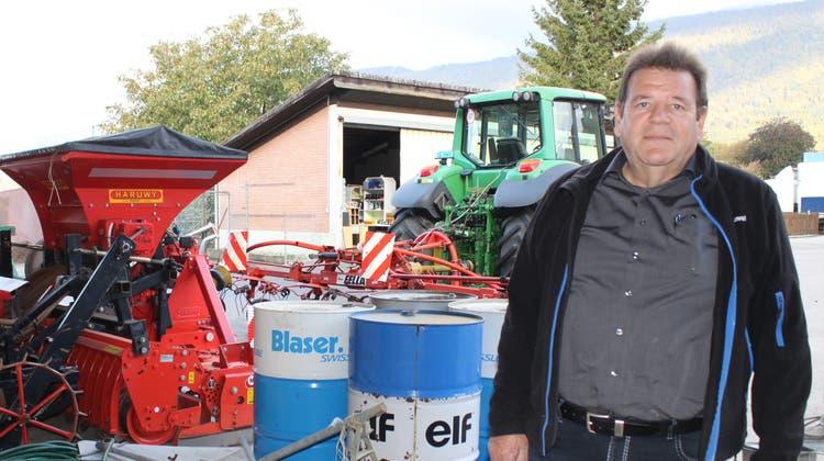 Landwirt Ernst Schnydervor verbliebenem Material. Zu verkaufen ist auch der Traktor im Hintergrund. (Andreas Toggweiler)