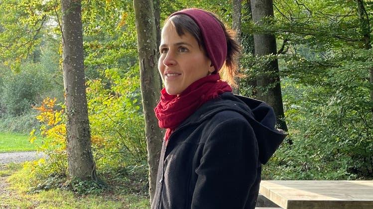 Auf dem Weg durch Flawils Rehwald erzählt Autorin Laura Vogt von ihrem Leben, was sie bewegt, worüber sie schreiben will. (Bild: Zita Meienhofer)