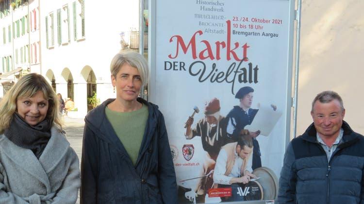 Susanna Vanek und Karin Schaufelbühlvom Organisationskomitee des Historischen Handwerkermarkts mit Marktchef Walter Friedli (von links) freuen sich auf den Markt der Vielfalt. (Marc Ribolla)