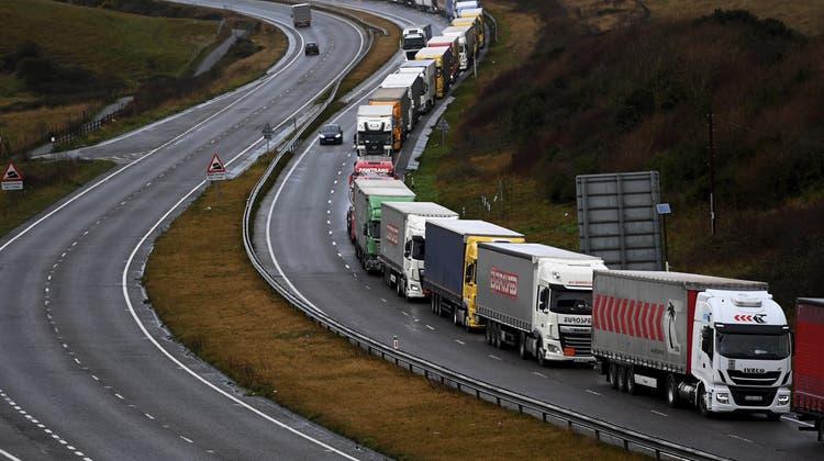 Lange Staus nach England: Viele Lastwagenfahrer geben den Job auf. (Frank Augstein / AP)