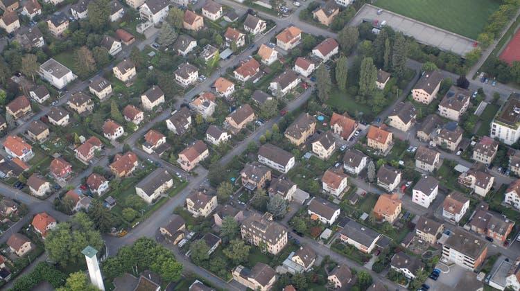 In Wettingen sind etwa 70 Prozent der Parzellen im Baugebiet kleiner als 800 Quadratmeter und damit in der Regel nicht betroffen. (AZ-Archiv)