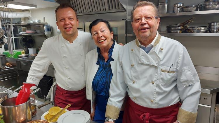 Ein über Jahre eingespieltes Team im Verwöhnen von Gästen: Sohn Alexander mit den Eltern Monika und Wolfgang Thory. (Bild: Hans Suter)