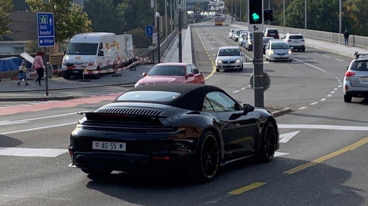 Die teuerste Aargauer Autonummer – AG 55 – hängt an einem schwarzen Porsche, wie dieserSchnappschuss vor der Hochbrücke in Baden zeigt. (Stefan Ulrich / zvg)