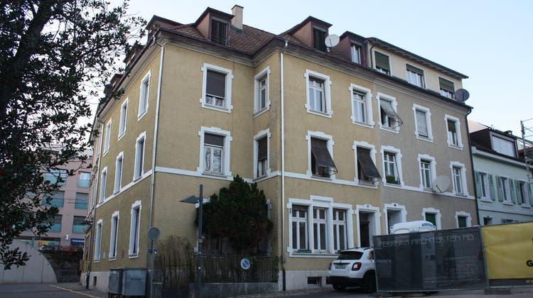 Die zwei Häuser am Münsterplatz 5 (links) und 6 in Binningen. Die Gemeinde verkauft die zwei Objekte an Buser Kaffee. (Benjamin Wieland)