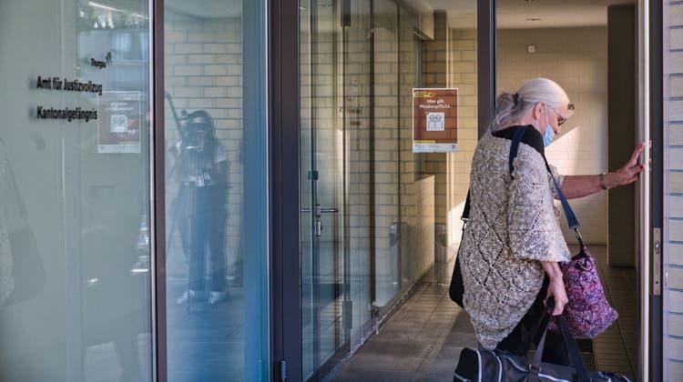 Agatha Bortolin betritt das Kantonalgefängnis an der Zürcherstrasse 323 in Frauenfeld. Vier Tage muss sie dort verbringen, weil sie eine Busse nicht bezahlen möchte. (Bild: Manuel Nagel (Frauenfeld, 14. Oktober 2021))