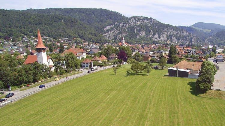 Die beiden Kirchen in Balsthal. Vorne links die reformierte, hinten die katholische. (Bruno Kissling)