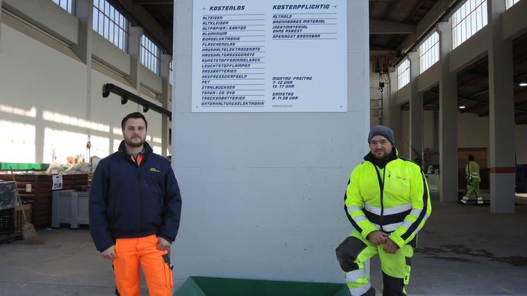 Im Recyclingcenter Brugg können links Materialien gratis und rechts kostenpflichtig entsorgt werden. (Carla Honold)