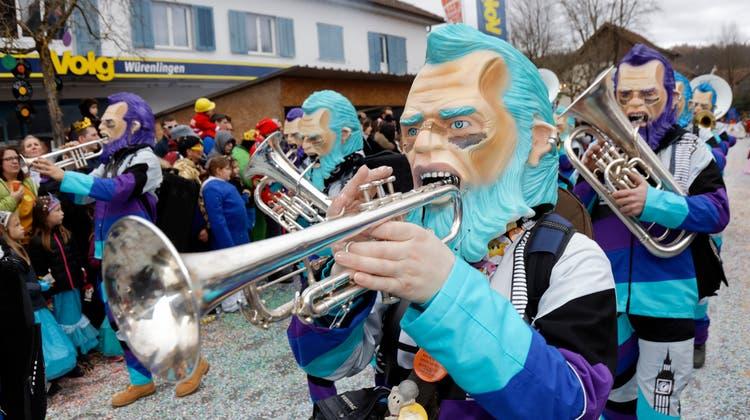 Der bisher letzte Fasnachtsumzug in Würenlingen fand 2020 statt: Hier zieht die Guggenmusik Gipsbachschluderi aus Ehrendingen durchs Dorf. (Andre Albrecht)