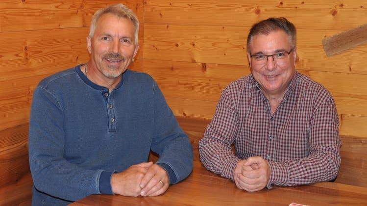 Peter Angehrn (links) übernimmt vom abtretenden René Lanker. (Bild: Elia Fagetti)