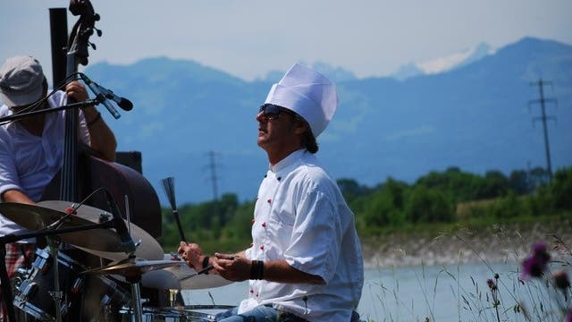 Der Schlagzeuger Carlo Lorenzi bringt Musik an ungewöhnliche Orte; etwa in die freie Natur. (Bild: PD)