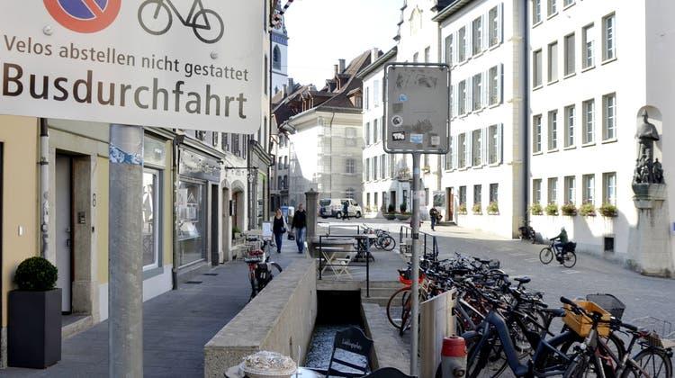 Geordnete Veloverhältnisse in der Aarauer Altstadt: Nach den Markierungen für die Besucher sollen nun auch Abstellplätze für die Bewohner geschaffen werden. (Daniel Vizentini)