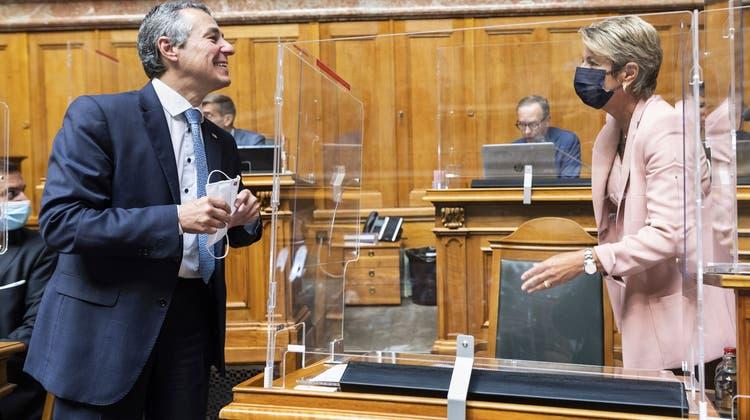 Besetzt die FDP einen Sitz zu viel? Hier sind Bundesrat Ignazio Cassis und Bundesrätin Karin Keller-Sutter im Gespräch während der Herbstsession. (Bild: Alessandro della Valle/Keystone (Bern, 14. September 2021))