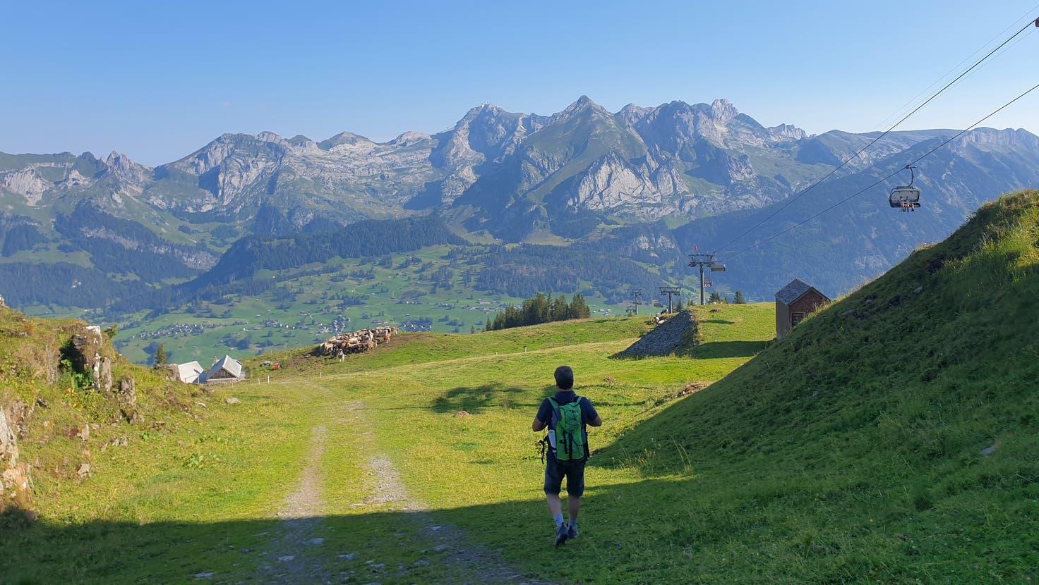 Unterwegs talwärts: Wandererbei der Gamsalp oberhalb von Wildhaus. (Bild: PD)