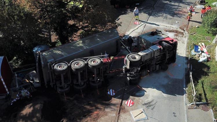 Das Fahrzeug kippte beim Rückwärtsfahren um. (Kantonspolizei Zürich)