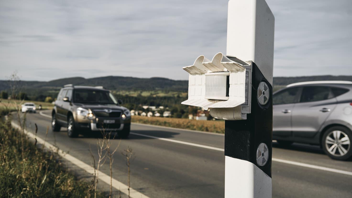 Bei der Wildwarnanlage Animot sind die mobilen Sensoren an den Leitpfosten angebracht. (Roland Schmid)