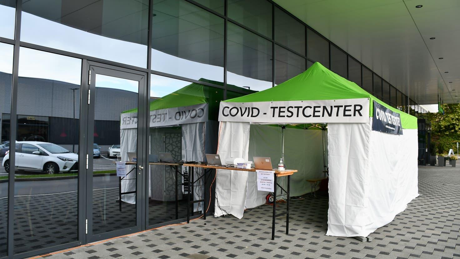 Im Bild das Testcenter vor dem Perry-Center in Oftringen. (Janine Müller / ZT)