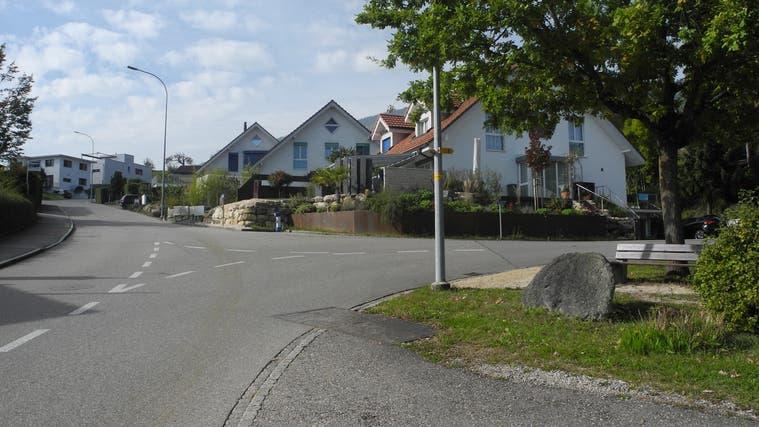 Die Allmendstrasse in Bettlach (links) hat viele Einmündungen mit Rechtsvortritt. (Andreas Toggweiler)