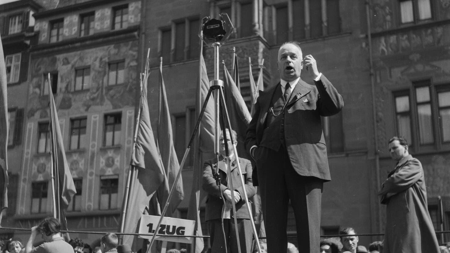 Fritz Hauser spricht an der 1. Mai-Feier 1935 auf dem Marktplatz. (Bild: Lothar Jeck)