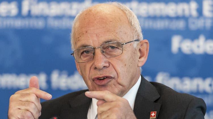 Bundesrat Ueli Maurer berichtet in Bern vom G20-Finanzministertreffen in Washington. (Bild: Keystone)