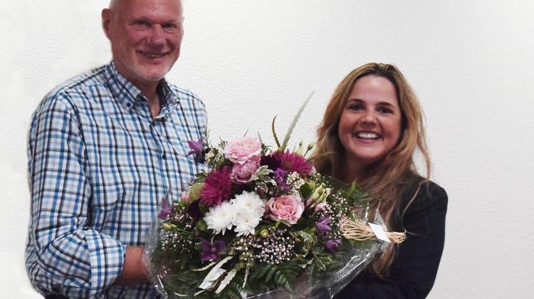 Winterhilfe Aargau: Martina Bircher (rechts) ist die neue Präsidentin. Sie übernimmt von Kurt Jenni, der das Präsidium interimistisch geführt hatte. Dieser übergibt Bircher zum Start einen Blumenstrauss. (Winterhilfe Aargau / ZVG)