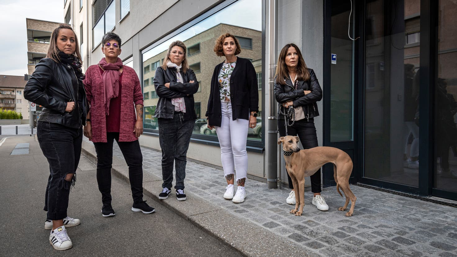 Fünf Kundinnen vor dem ehemaligen Fitnesscenter Hotshape an der Ulmenstrasse in St.Gallen, dessen Betreiber über 40 Frauen um Geld betrogen hat, darunter Christine van der Velden (ganz rechts). (Bild: Reto Martin)
