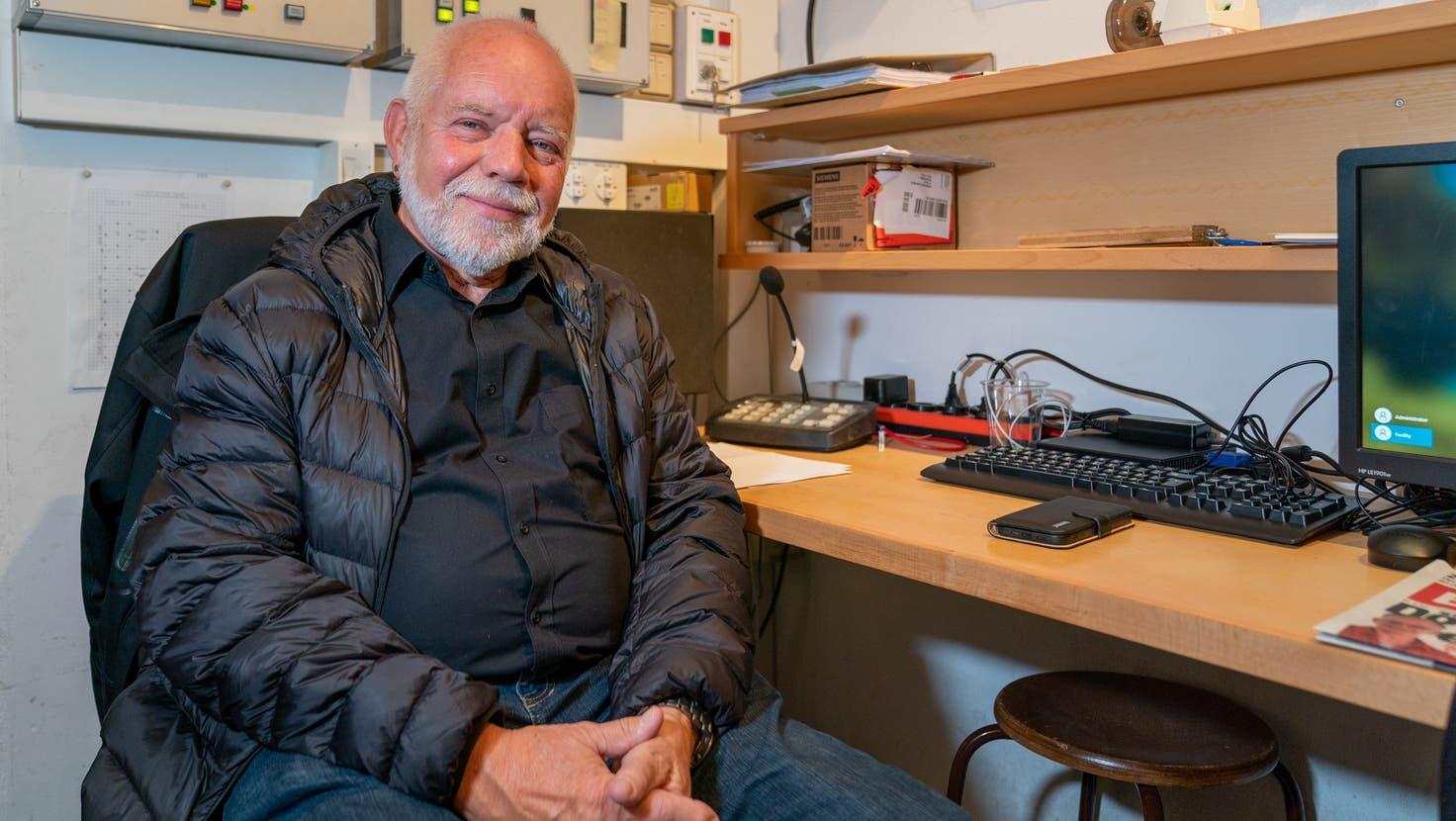 Hallenbetreuer Rolf Baumann vor dem Büro in der Halle. (Bild: Raphael Rohner)