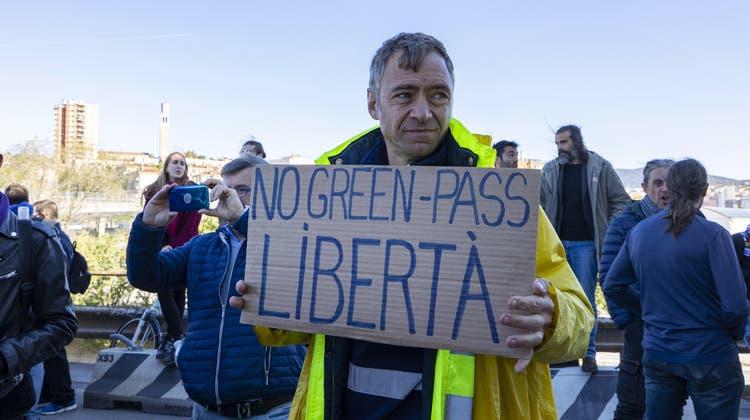 Einzelne Protestaktionen wie hier am Hafen von Triest gab es, Ausschreitungen jedoch wurden bis am Abend keine gemeldet. (AP)