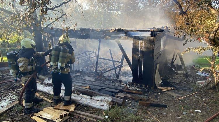 Das Gartenhaus am ReinacherLeurüttiweg brannte vollständig aus. (Polizei BL)