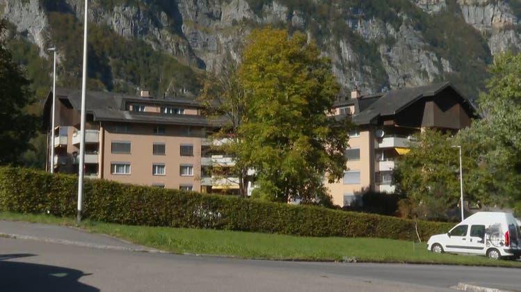 Nach ersten Erkenntnissen der Kantonspolizei Glarus starb die Frau durch Schussabgaben eines 27-jährigen Mannes. (Symbolbild) (Keystone)