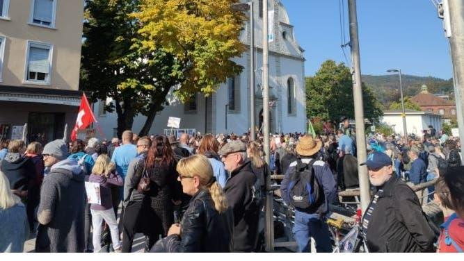 Demonstranten marschieren durch Baden: Die Polizei musste bisher nicht eingreifen - trotz Gegendemo