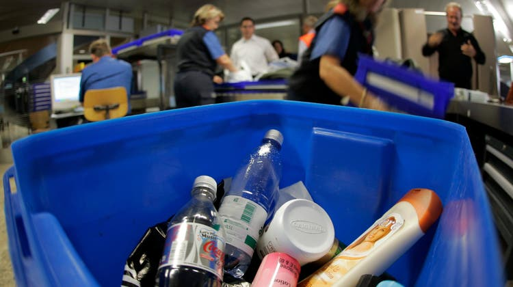 Bei einer Routinekontrolle im Transitbereich des Flughafens Zürich haben Fahnder flüssiges Kokain in Flaschen sichergestellt. (Symbolbild) (Keystone)