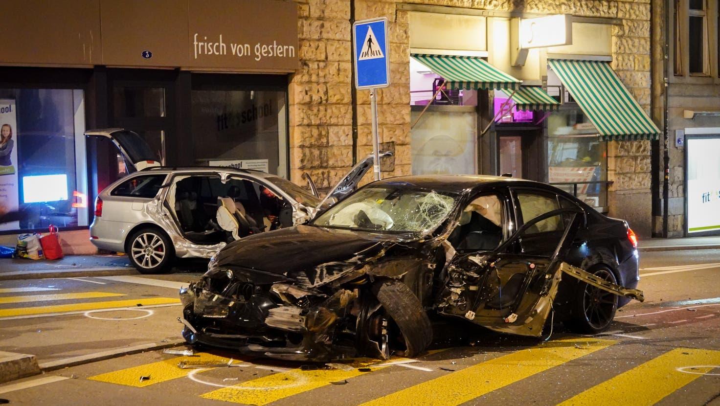 Die Mitfahrerin des gerammten Wagens musste von der Feuerwehr aus dem Auto befreit werden. (Bild: Sandro Büchler)