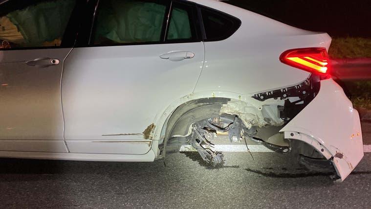 Mülligen, 19. Oktober: Wegen eines anderen Autos musste ein Automobilist auf der A1 ausweichen. Er prallte schleudernd gegen die Brückenmauer. Verletzt wurde niemand. Der andere Wagen fuhr weiter und wird gesucht. (Kapo AG)