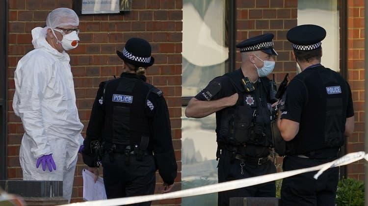 Die Polizei und die Spurensicherung sind am Tatort. (Alberto Pezzali / AP)