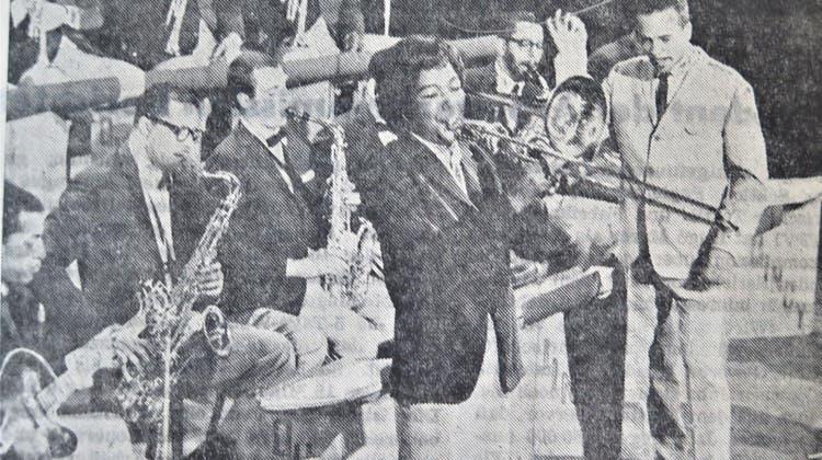 Schweizer Tournee der Quincy Jones Big Band. Bandleader Quincy Jones mit der Posaunensolistin Melba Liston. (Zeitungsausschnitt)