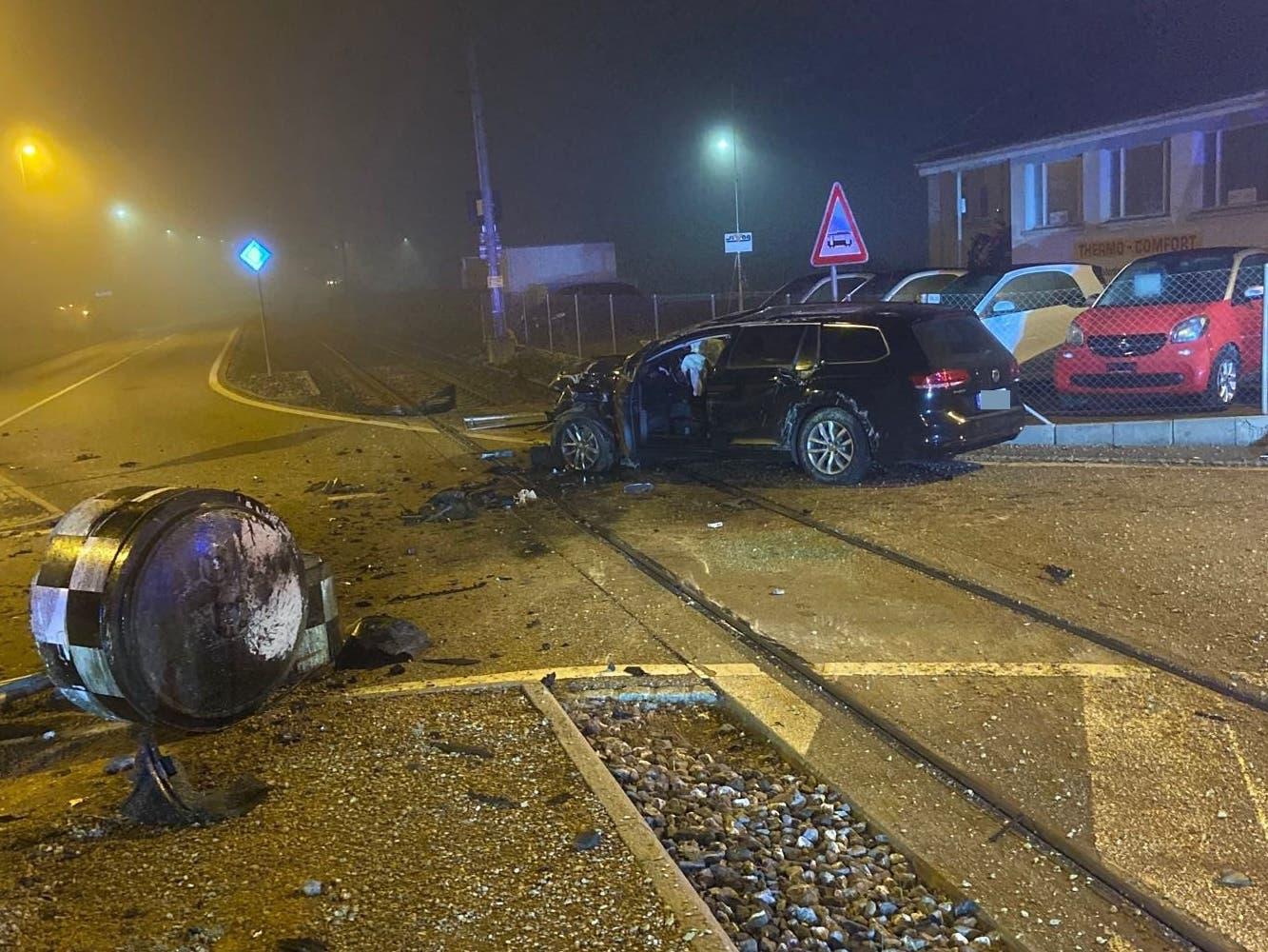 Hallwil, 17. Oktober: Ein betrunkener Autofahrer verliert bei einem Kreisel die Herrschaft über sein Auto und baut einen Selbstunfall. Er beschädigt dabei auch eine Verkehrstafel. Er wird mittelschwer verletzt.