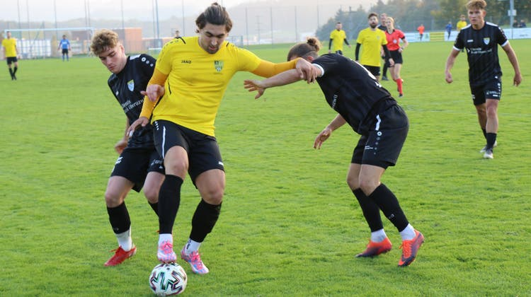 Bronschhofens Andi Qerfozi (in Gelb) kann sich im Zweikampf gegen Manuel Bossart und Patrick Meier des FC Henau behaupten. (Bild: Lukas Tanno)