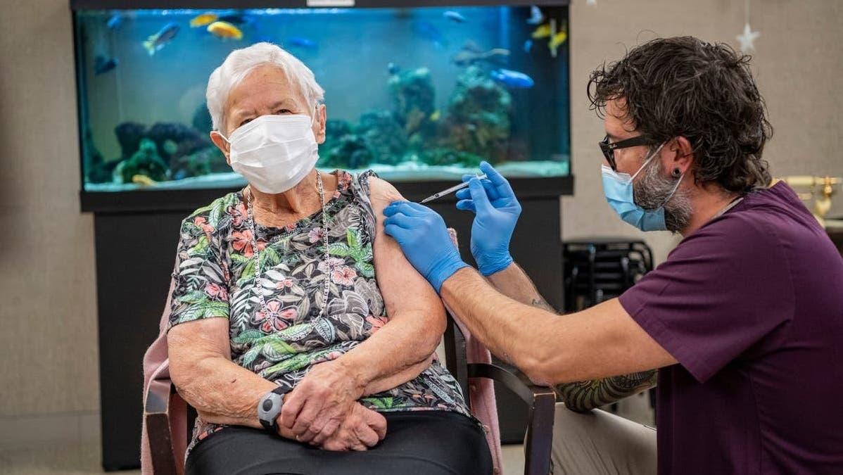 Alice Schmidli-Amrein war die erste Person, die in der Schweiz gegen Corona geimpft wurde. Das war am 23. Dezember 2020 im Heim Zunacher in Kriens. Am Montag, 11. Oktober 2021 starbAlice Schmidli-Amrein an Corona. (Bild: Urs Flüeler/ Keystone (Kriens, 23. Dezember 2020))