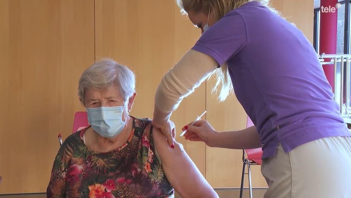 Alice Schmidli-Amrein (links) war die ersteKrienserin, die gegen Corona geimpft wurde. Das war am 2. Januar 2021 im Heim Zunacher in Kriens. Am Montag, 11. Oktober 2021 starbAlice Schmidli-Amrein an Corona. (Bild: Screenhsot: Tele 1 (Kriens, 2. Januar 2021))