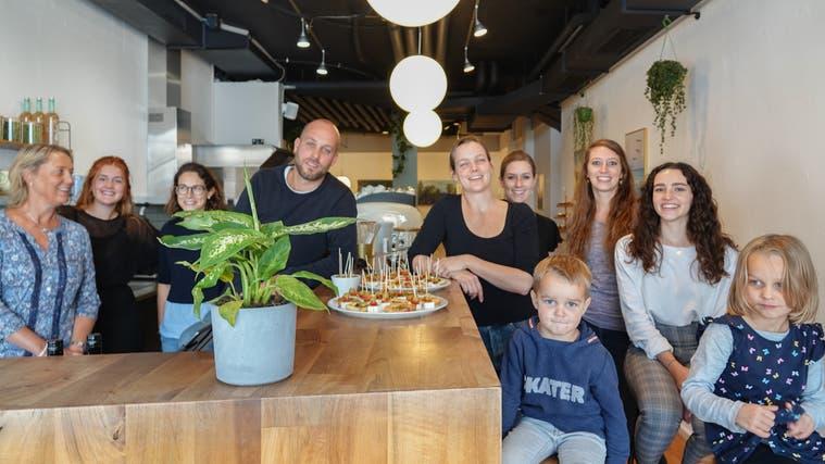 Das Team des «Bela Loko» mit Michael Rohrbach und Michelle Huber (Mitte) sowie deren Kinder Samu und Marla. Bild: ubu (16.10.2021) (Ursula Burgherr)
