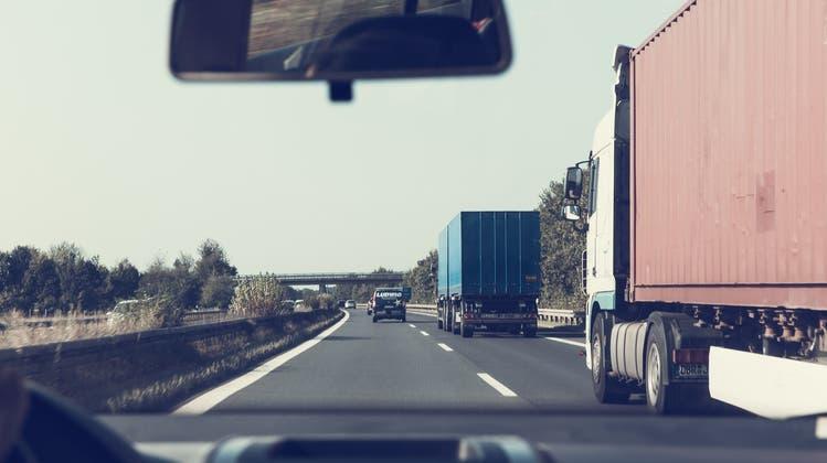 Der Chauffeur eines Lastwagens ist zu einer Busse verknurrt worden, gegen die er sich vor Gericht wehrte. (Symbolbild/pixabay.com)