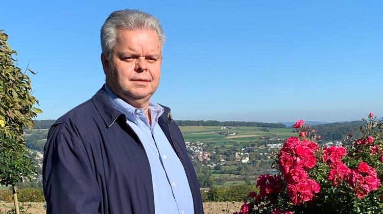 Hans-Rudolf Senn in seinem Garten in Leutwil, mit Aussicht auf den Hallwilersee (im Hintergrund). (zvg)